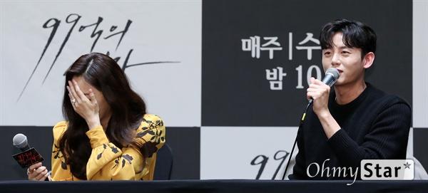 '99억의 여자' 이지훈-오나라, 나이는 숫자일뿐 배우 오나라가 3일 오후 서울 신도림의 한 호텔에서 열린 KBS 2TV 새 수목 드라마 <99억의 여자> 제작발표회에서 자신과 커플연기에 대해 이야기하는 배우 이지훈의 말을 들으며 웃고 있다. <99억의 여자>는 절망밖에 남지 않은 한 여자가 우연히 손에 넣은 현금 99억을 지키기 위해 세상과 맞서 싸우는 이야기다. 4일 수요일 오후 10시 첫 방송.