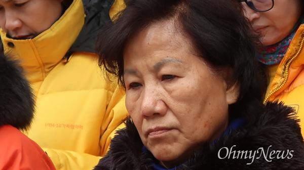 스텔라데이지호 가족대책위가 3일 서울 중구 폴라리스쉬핑 본사 앞에서 김완중 회장의 공개사죄를 요구하며 기자회견을 진행했다.