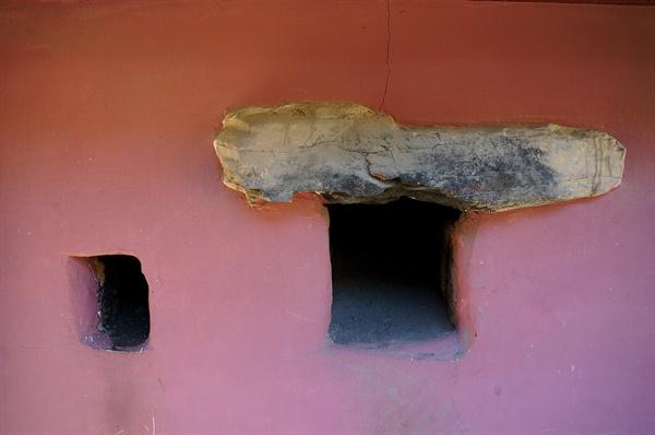 무변루 아궁이와 굴뚝 무변루에 온돌방을 들이고 난방장치로 아궁이와 굴뚝을 무변루 벽체에 만들었다. 이것으로 2층 누각의 난방문제를 보기 좋게 해결하였다.