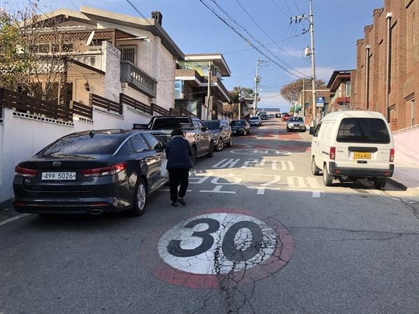 춘천시 후평동에 위치한 초등학교 앞 어린이보호구역에 자동차들이 주차된 모습.