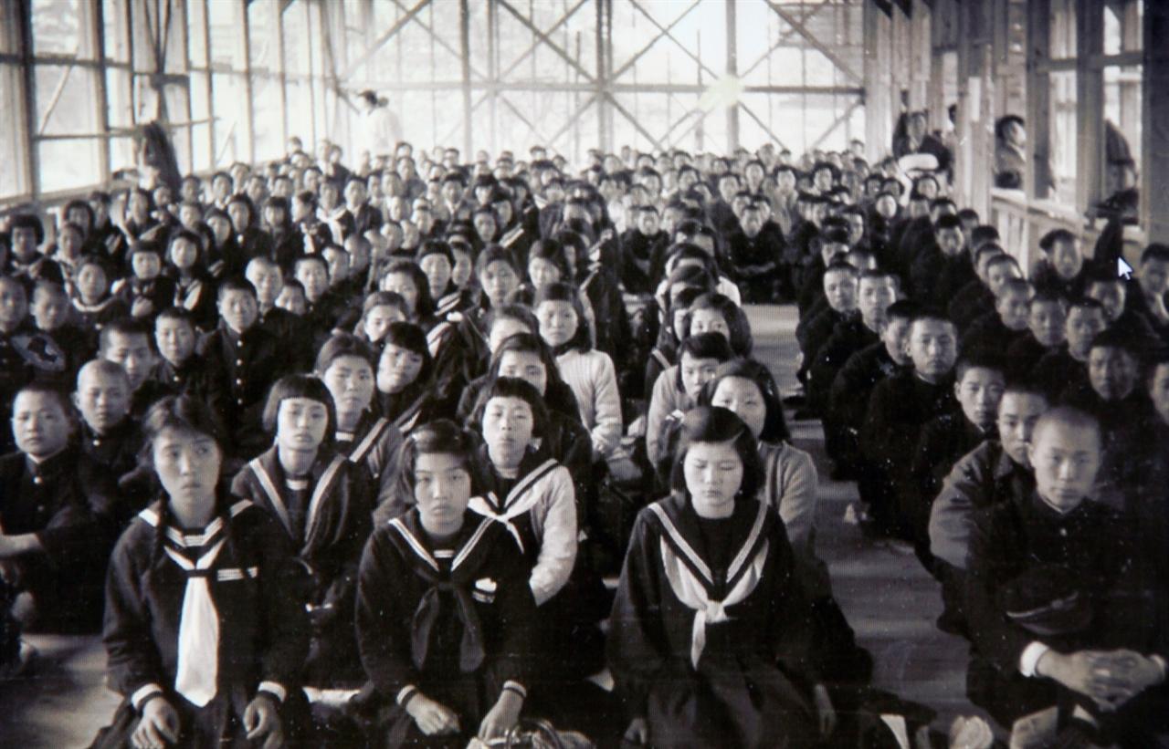 후쿠오카조선학교의 학생 수는 지금 86명(중등부, 고급부)으로 줄었다. 학교 측은 주된 이유로 고교무상화 제외 등 일본 정부의 차별 정책을 꼽았다. 사진은 1956년 4월 10일 후쿠오카조선학교 입학식 모습.