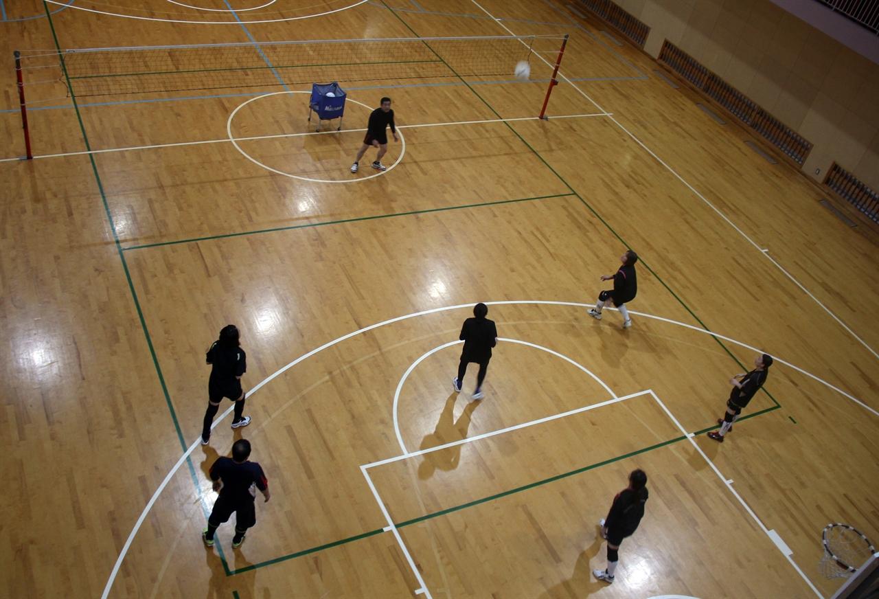 후쿠오카조선학교의 체육시간. 배구수업을 하고 있다.