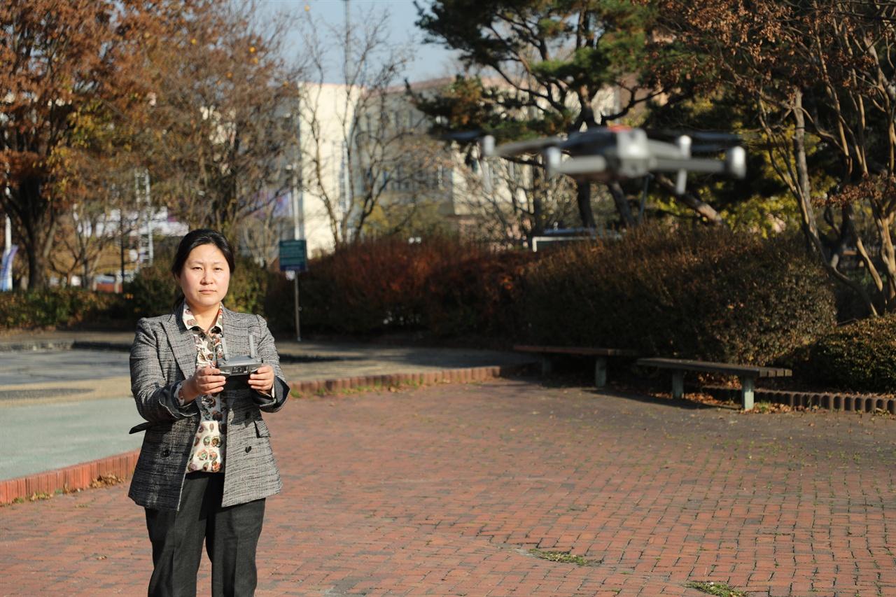 신현실 문화재전문위원 우석대학교 운동장에서 드론 시범을 보이고 있다.