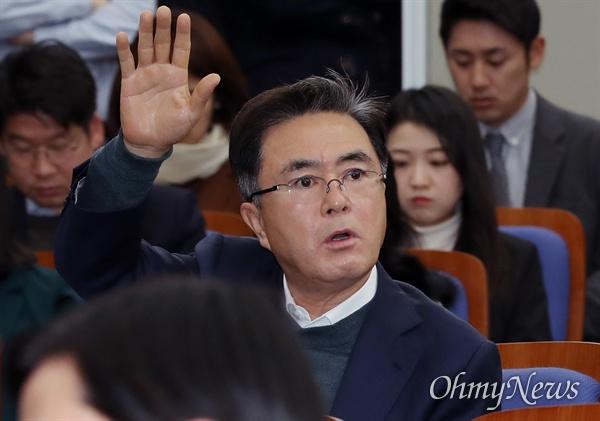 공개발언 신청한 김태흠 자유한국당 김태흠 의원이 4일 오전 국회에서 열린 의원총회에서 공개발언을 하겠다며 손을 들고 있다.
