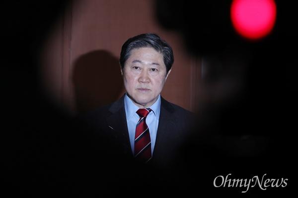 유기준, 한국당 차기 원내대표 출사표 자유한국당 유기준 의원이 4일 오전 국회 정론관에서 원내대표 경선 출마 선언을 한 뒤 기자들의 질문에 답하고 있다.