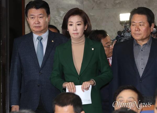 자유한국당 나경원 원내대표가 4일 오전 국회에서 열린 의원총회에 입장하고 있다. 왼쪽은 정용기 정책위의장.