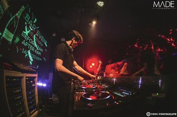 DJ BAUSS는 DJ라는 직업에 대해서 '내가 좋아하는 음악을 통해서 얻은 감정들을 다른 사람들이 똑같이 느끼는 것을 좋아한다.'고 말했다.