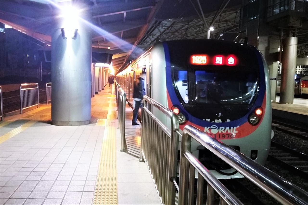 1호선 서울역 급행열차 전용 승강장에서 천안행 급행열차가 대기하고 있다. 12월 30일 급행열차 변경안이 예정대로 진행된다면 이 열차는 역사 속으로 사라질 예정이다.