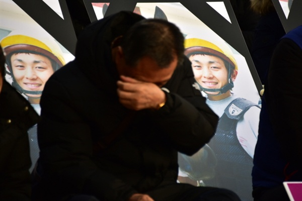 '문중원 동지 죽음의 진상규명! 책임자 처벌! 공공운수노조 부산본부 결의대회'에 참석한 문중원 조합원의 아버지