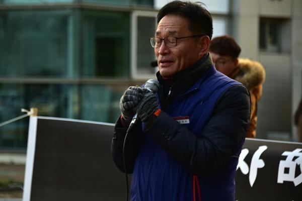 김재하 민주노총 부산본부장이 발언 중 유가족들에게 조의를 표하고 있다.
