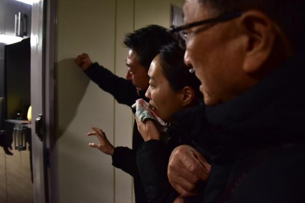 문중원 조합원의 숙소 입구에서 오열하는 유가족들