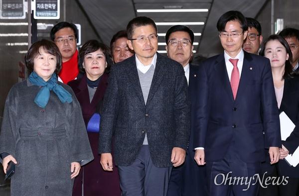 자유한국당 황교안 대표가 5일 오전 국회에서 최고위원회의를 주재하기 위해 들어서고 있다.