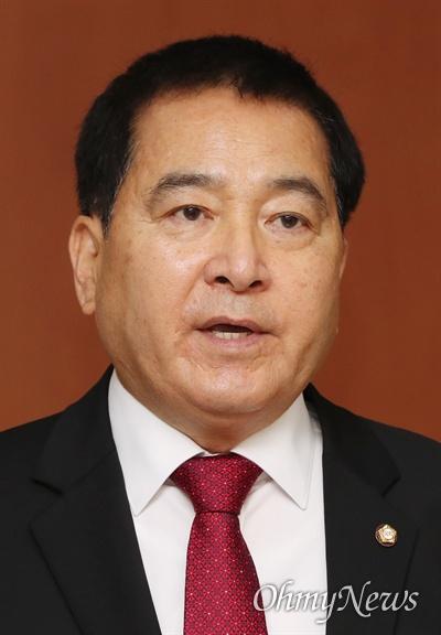 자유한국당 심재철 의원이 5일 오전 국회 정론관에서 원내대표 경선 출마 선언을 한 뒤 기자들의 질문에 답하고 있다.