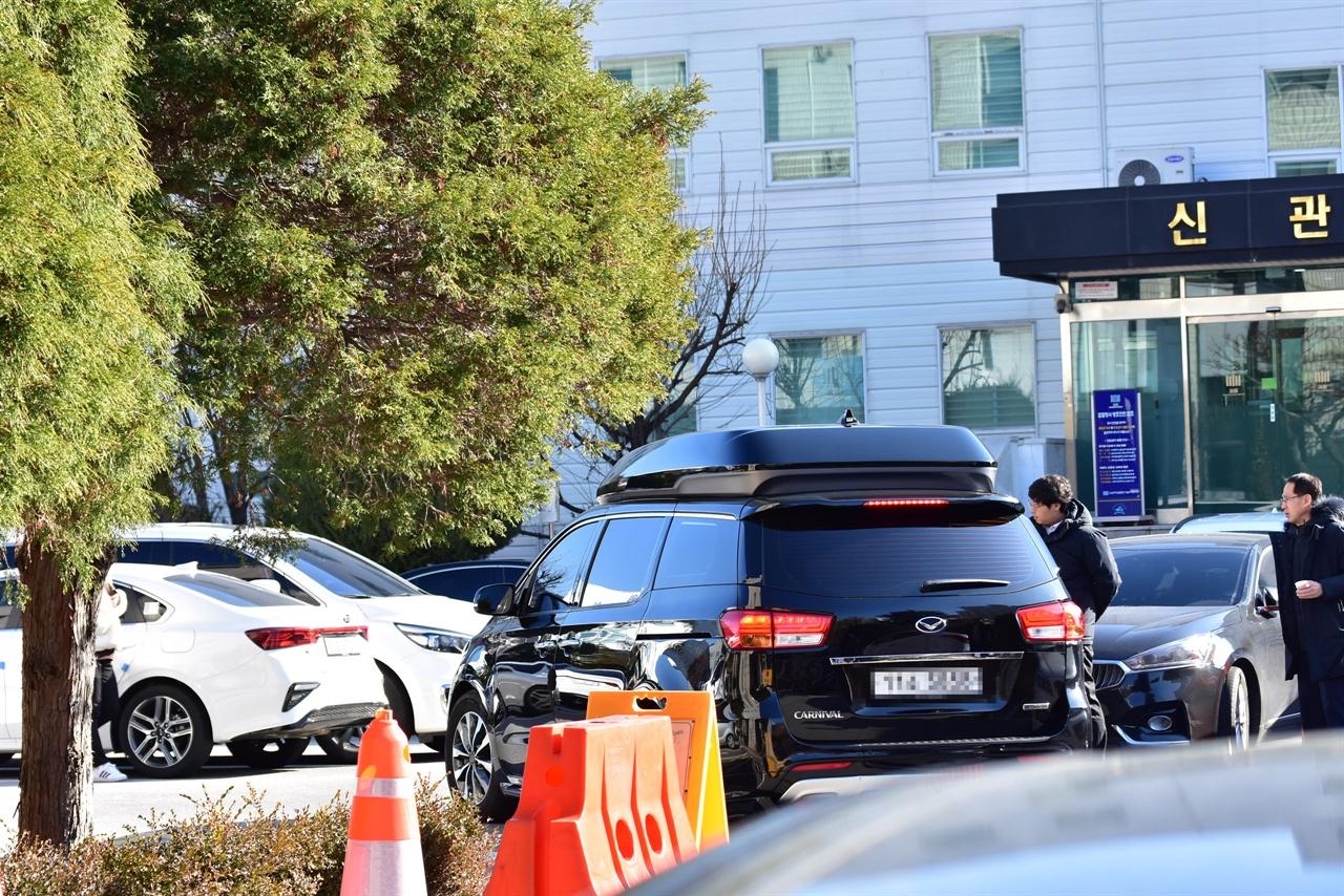 취재진을 피해 이동하는 강지환씨가 탑승한 차량