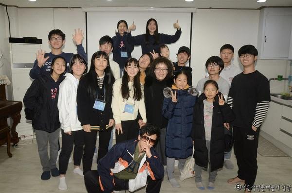 강의에 참석한 배움터경당의 학생, 졸업생들과 유 교수가 함께 사진을 찍었다.