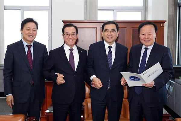 허성무 창원시장은 5일 국회를 찾아 한국지엠 창원공장 대량실직 관련 지원을 당부했다.