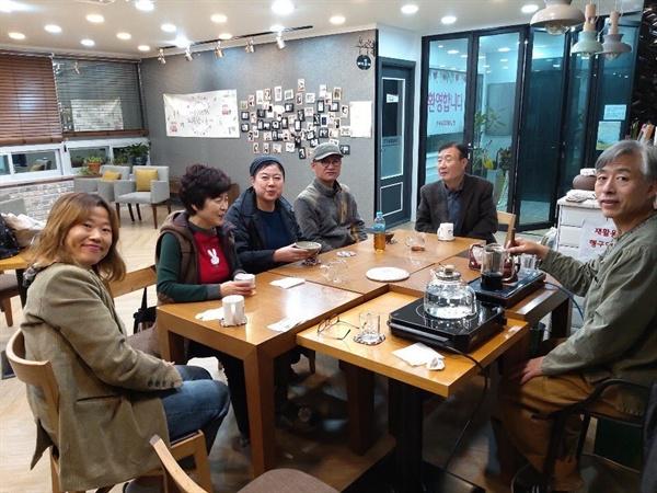 <차다락>에서 함께 보이차를 마십니다. 커피를 좋아합니다만, 가끔 보이차를 통해 느끼는 여유에 행복해집니다. 차와 함께 다양한 이야기를 나눌 수 있는 친구들, 모두 정말 감사합니다.