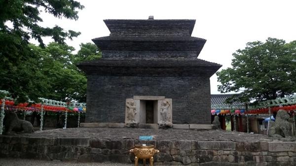 분황사 모전석탑 신라시대 건축한 모전석탑으로 당시는 9층탑이었으나 지금은 3층만 남아 있고 국보로 지정되어 있다.