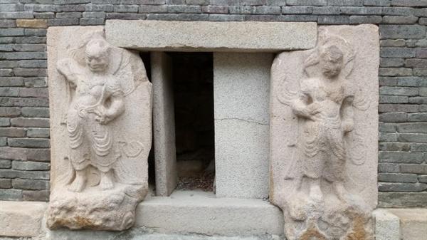 모전석탑 인왕상 몾너석탑 몸돌의 네 면에 모두 문을 만들고, 양쪽에 불법을 수호하는 인왕상을 조각해 놓았다.