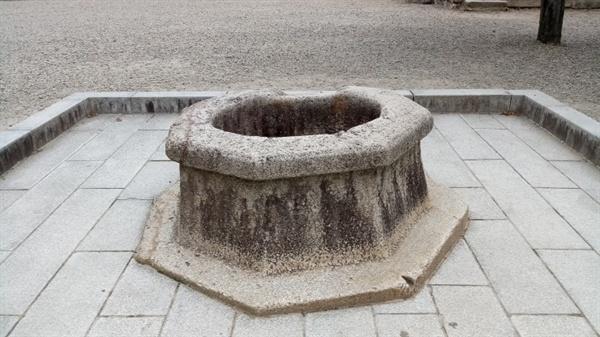 분황사 석정 절마당에 돌로 만든 팔각형의 자그마한 우물