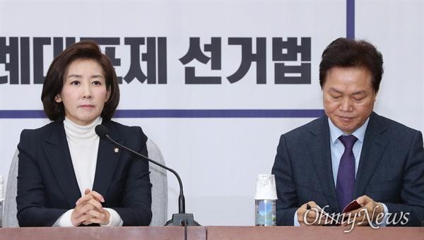자유한국당 나경원 원내대표가 6일 오전 국회에서 마지막 원내대책회의를 주재하고 있다. 오른쪽은 박완수 사무총장.
