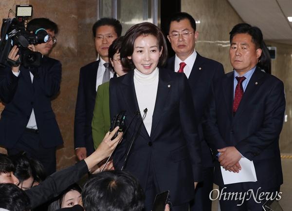 자유한국당 나경원 원내대표가 6일 오전 국회에서 마지막 원내대책회의를 주재한 뒤 기자들의 질문에 답하고 있다.
