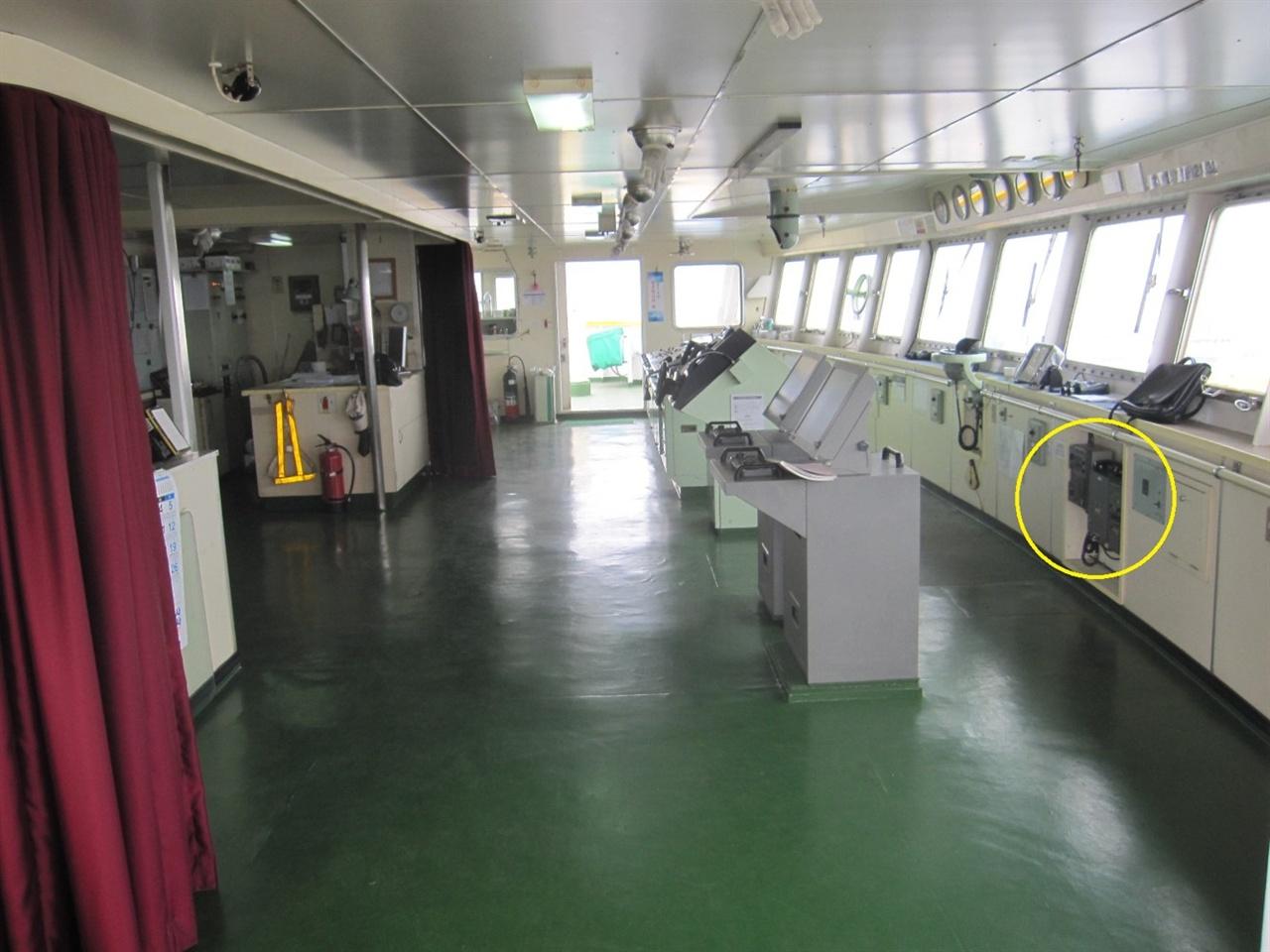세월호 조타실 전경. 노란 동그라미 안의 장비가 VHF