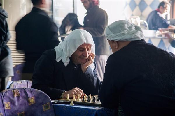 체스 두는 할아버지 행복한 고민에 빠진 듯하다. 묘수가 떠올랐던 걸까