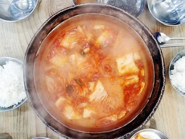 조 경위와 나눠 먹은 양푼 김치찌개.