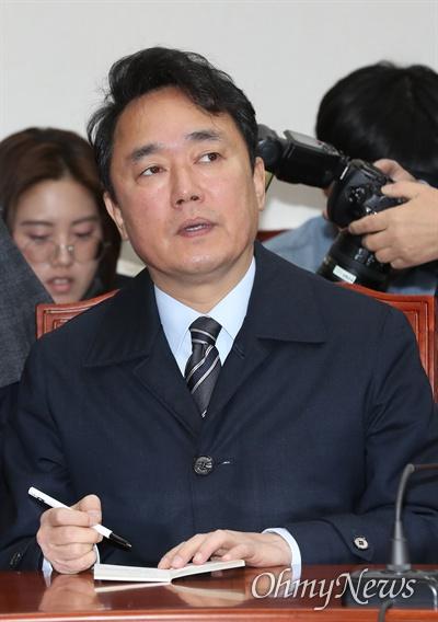 자유한국당 박용찬 대변인이 5일 오전 국회에서 열린 최고위원회의에 참석하고 있다.