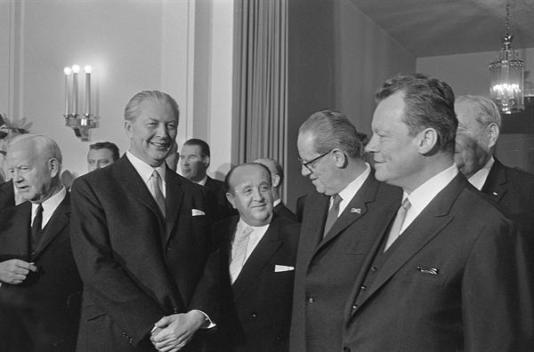 1966년 11월 28일 서독연방의회 1당(기민당)과 2당(사민당)이 대연정에 합의했다. 사진 왼쪽에서 두번째가 기민당 쿠르트 키징거 총리, 다섯번째가 사민당 출신 외무장관 빌리 브란트