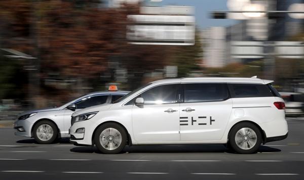 타다 앞지른 택시 국회 국토교통위원회 전체회의에서 여객자동차운수사업법 개정안, 이른바 '타다 금지법'이 의결된 2019년 12월 6일 오후 서울 마포구 공덕오거리에서 택시와 타다가 운행되고 있다.