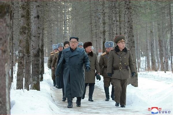 김정은 백두산 등정 김정은 북한 국무위원장이 군 간부들과 함께 백두산지구 혁명전적지를 시찰하고 백두산을 등정했다고 조선중앙통신이 4일 보도했다. 김 위원장이 간부들과 함께 걷고 있다