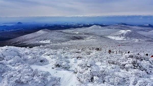 윗세오름을 오르는 등산객 겨울산행을 즐기는 사람들