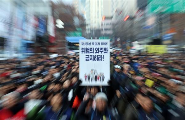 민주노총 조합원들이 7일 오후 서울 종로구 보신각 앞에서 고 김용균 1주기 추모대회에 앞서 사전대회를 갖고 있다.