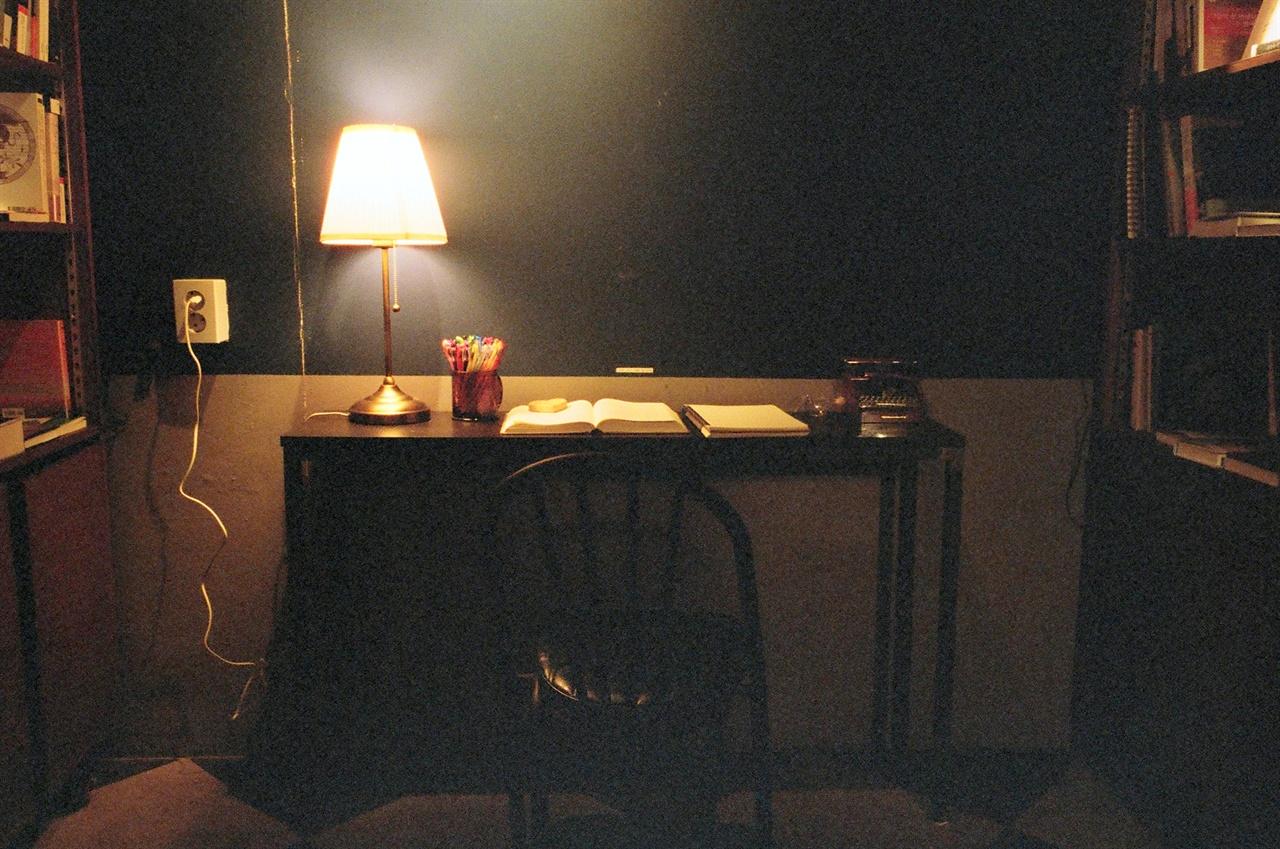 밤의 서점 내에는 필사공간이 마련되어 있다. 이 곳에서 놓여있는 책을 필사해볼 수 있다.