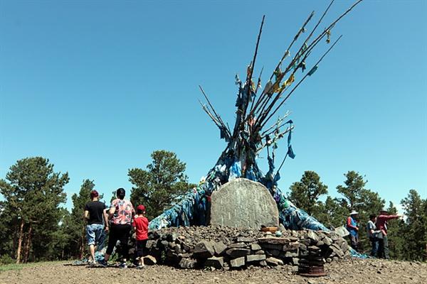 다달솜에 있는 오보로 칭기스칸을 기념하는 오보다. 오보앞에서 절을 마친 몽골인들이 시계방향으로 세번 돌리며 곡식을 뿌렸다