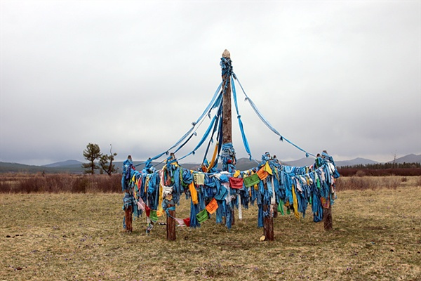 몽골 제1의 성산인 볼칸산이 보이는 곳에 있는 오보. 헤를렌강 상류에 있는 볼칸산은 몽골인들에게 신성한 영역이자 영혼의 안식처이며 권력의 상징이다. 푸른 하늘을 보며 정신적 위안을 삼기 위해 볼칸산을 종종 방문했던 칭기스칸은 이 근방 어딘가에 묻혔을지도 모른다