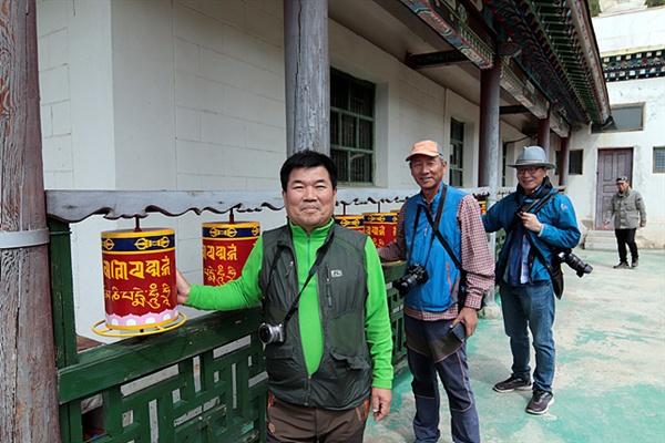 몽골 유명 관광지 테렐지에 있는 라마사원 주위를 몽골풍습에 따라 시계방향으로 세번도는 일행들이 라마교 경통인 마니차를 돌리고 있다. 마니차를 한 번 돌리면 책을 한권 읽었다는 의미라고 한다.