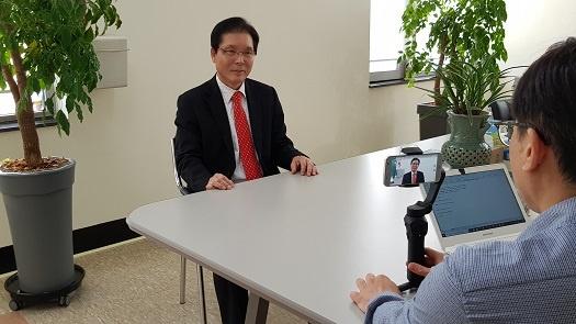 <디트뉴스24> 이정석 기자가 이상권 전의원을 인터뷰하고 있다.