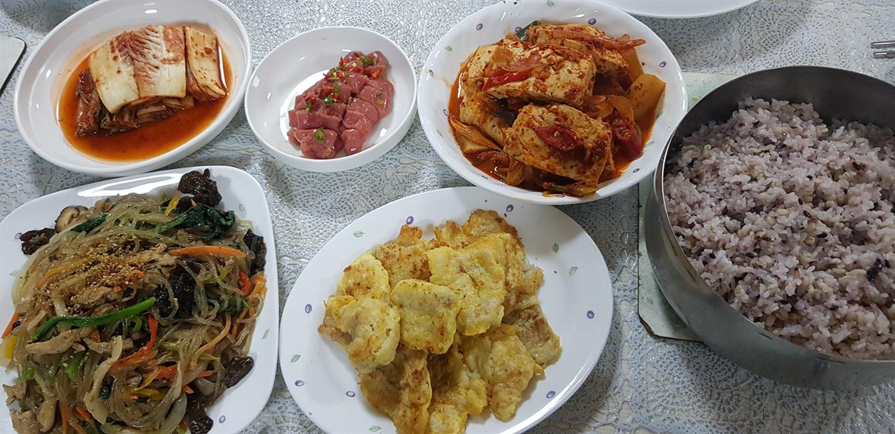 성베네딕도 왜관수도원의 저녁밥상, 수사님들이 직접 농사지은 쌀로 지은 밥이 특히 맛있다.