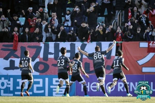 부산 아이파크가 8일 오후 2시 창원 축구센터에서 벌어진 2019 K리그 승강 플레이오프 2차전에서 홈 팀 경남 FC를 2-0으로 꺾었다.