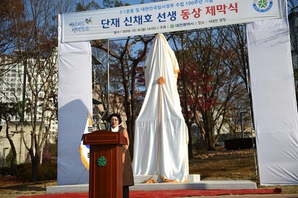 단재 신채호 선생의 자부 이덕남 여사가 동상 제막식에 참석해 감사 인사를 하고 있다.