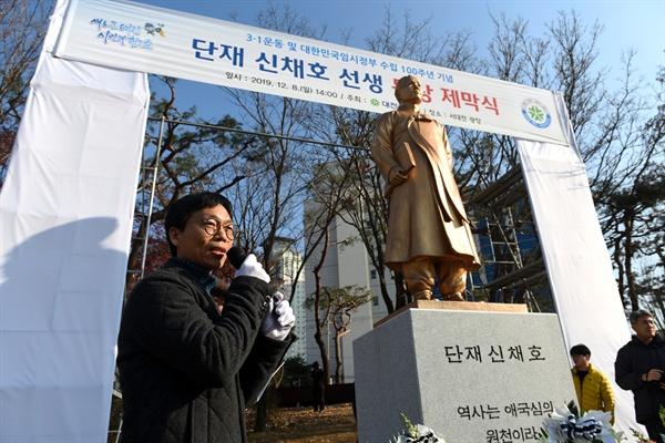 동상 제작을 맡은 김복규 조각가가 작품 해설을 하고 있다.