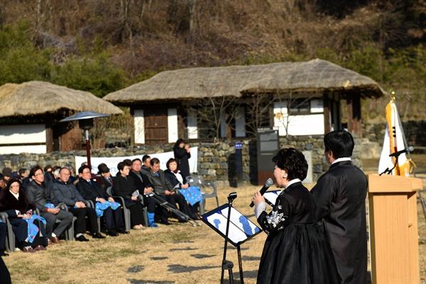 12월 8일 오전 10시 30분, 단재 선생의 생가지에서는 단재 신채호 선생 탄신 139주년 기념식이 개최됐다. 노금선, 박헌오 씨가 헌시를 낭송하고 있다.