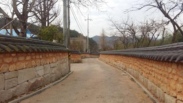 철학자의 집으로 가는 길은 예사롭지 않다. 광주광역시 광산구 너브실 마을 입구 잘 정리된 황토 돌담길을 따라 약 100여 m를 걷다 보면 마을 안쪽 깊숙한 곳에 고즈넉하게 자리하고 있는 철학자의 집을 만날 수 있다