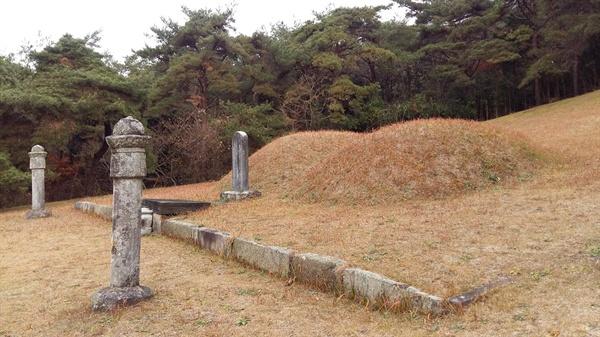 월봉서원 좌측 백우산 중턱에 자리한 고봉의 묘소. 오른쪽이 고봉의 묘이고 왼쪽은 정부인 함풍 이 씨의 묘다