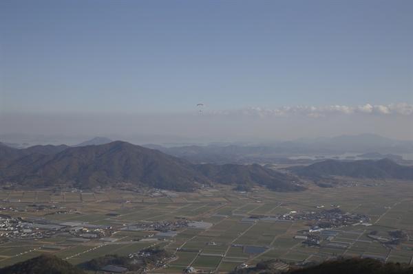 주월산 정상에서 내려다 본 주변 풍경. 패러글라이더가 하늘을 떠다니며 여유를 즐기고 있다.