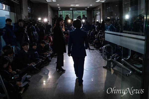 법무부 장관 후보자 추미애 더불어민주당 의원이 9일 오전 서울 양천구 남부준법지원센터에 마련된 준비사무실에 첫 출근을 하고 있다.