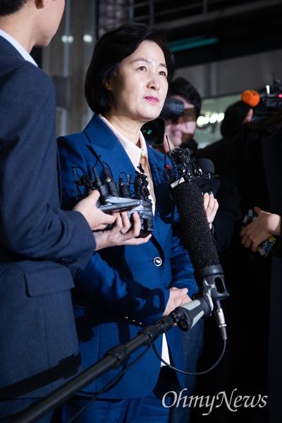 법무부 장관 후보자 추미애 더불어민주당 의원이 9일 오전 서울 양천구 남부준법지원센터에 마련된 준비사무실에 첫 출근을 하며 기자들의 질문에 답변하고 있다.